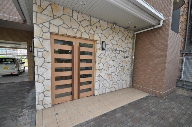 ロータリーマンション長田東 エントランス周辺はいつもキレイに片付けられています。