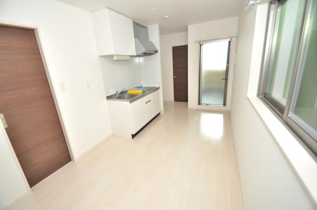 E maison 巽東 白を基調としたリビングはお部屋の中がとても明るいですよ。