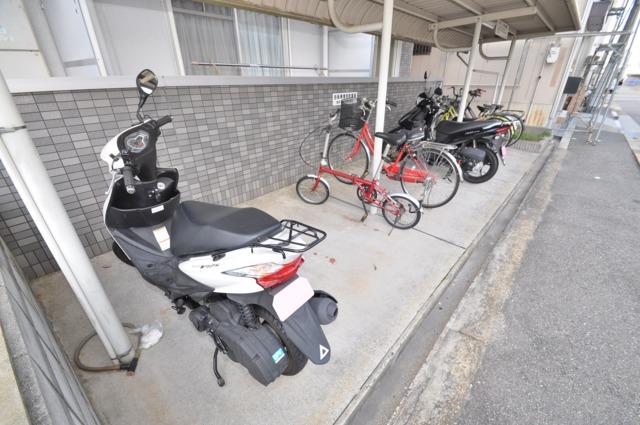 エスポワールⅡ 屋内にある駐輪場は大切な自転車を雨から守ってくれます。