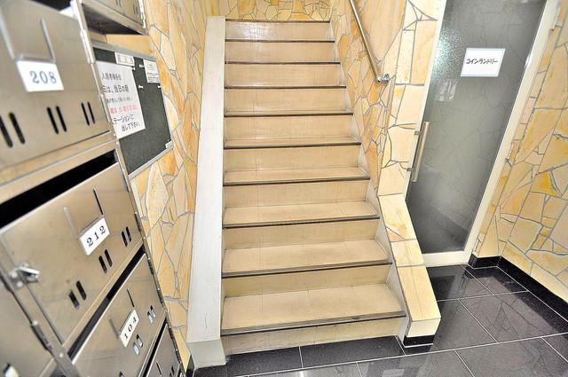 大宝 小阪CTスクエア 2階に伸びていく階段。この建物にはなくてはならないものです。
