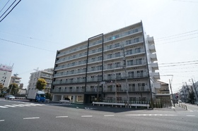 角地に建つ7階建てのRCマンション