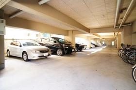 駐車場は全部で10台分ございます。