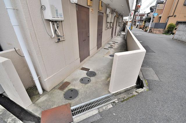 浅田ハイツ 玄関まで伸びる廊下がきれいに片づけられています。