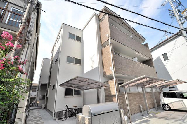 クリエオーレ稲田本町 閑静な住宅街にある、3階建てのオシャレな建物です。