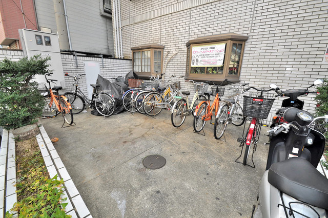 日栄ビル3号館 駐輪場が敷地内にあります。愛車を安心して置いておけますね。