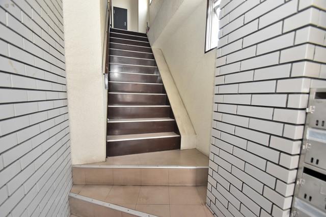 メゾンワンダー この階段を登った先にあなたの新生活が待っていますよ。