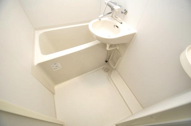メゾン松村 機能的なバスルームはトイレと別々なので、広々としていますよ。