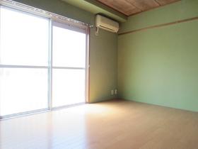 グリーンの壁が鮮やかな洋室!