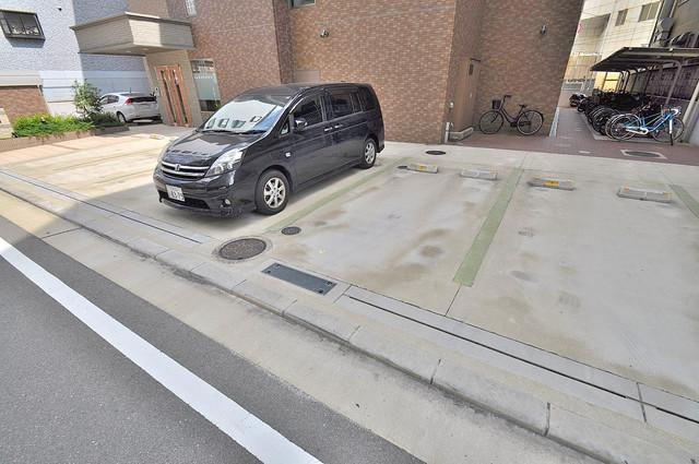 ルミエール・フジ 敷地内にある駐車場。愛車が目の届く所に置けると安心ですよね。