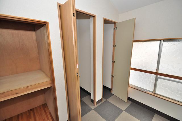 小路東2-3-9 貸家 大きなクローゼットはたくさんの衣装もスッキリ片付きます。