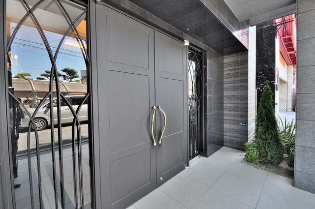 プレミアム菱屋西 オシャレなエントランスは安心のオートロック完備です。