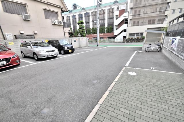 アルベージュ八戸ノ里Ⅰ番館 敷地内にある駐車場。愛車が目の届く所に置けると安心ですよね。