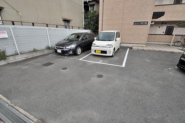 リバーサイド金岡Ⅱ番館 敷地内にある駐車場。愛車が目の届く所に置けると安心ですよね。