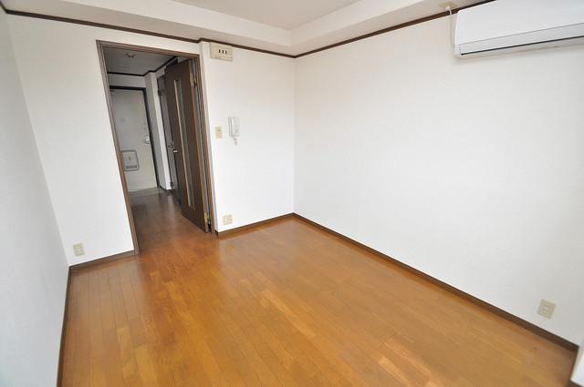 高井田ル・グラン 白を基調としたリビングはお部屋の中がとても明るいですよ。
