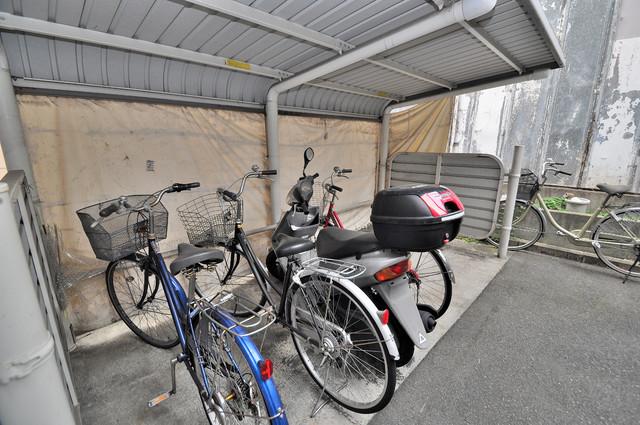 スパジオビィータ 敷地内にある専用の駐輪場。雨の日にはうれしい屋根つきです。