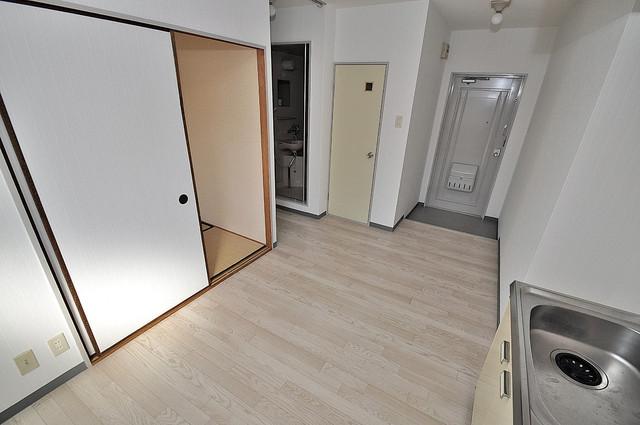サンフロラ 白を基調としたリビングはお部屋の中がとても明るいですよ。