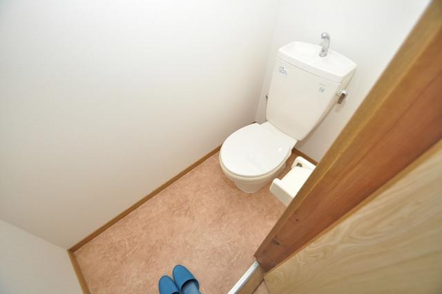 御厨栄町2丁目貸家 清潔感たっぷりのトイレです。入るとホッとする、そんな空間。