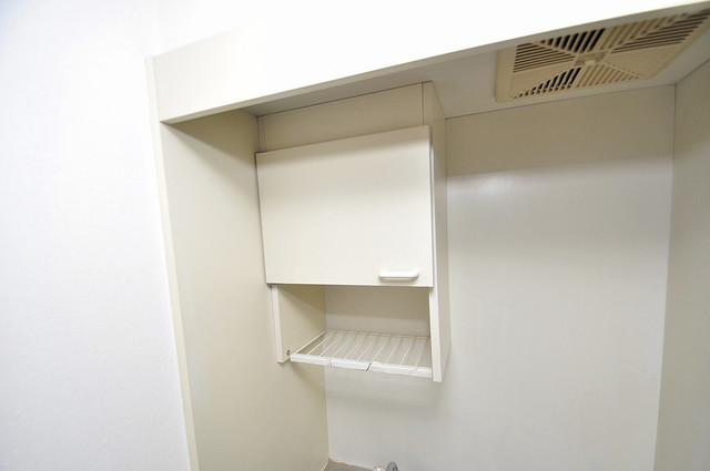 ホワイティ大今里 キッチン棚も付いていて食器収納も困りませんね。