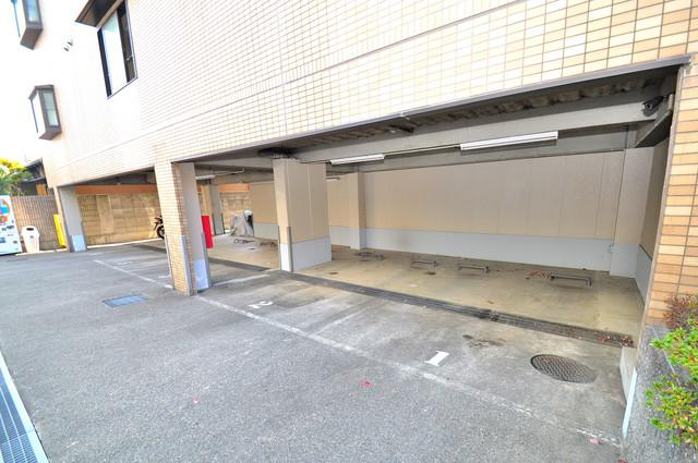 セントラルパーム 敷地内には駐車場があり安心ですね。