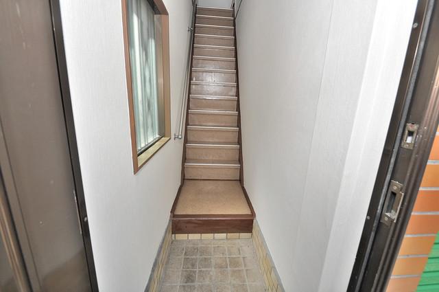 コスモスハイム この階段を登った先にあなたの新生活が待っていますよ。