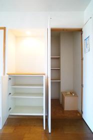 リビングにも収納スペースがあって便利です