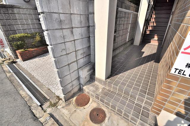 コンフォール小阪 エントランス周辺はいつもキレイに片付けられています。