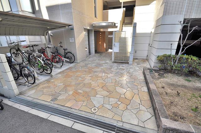 メゾン・ド・成屋大阪 エントランス周辺はいつもキレイに片付けられています。