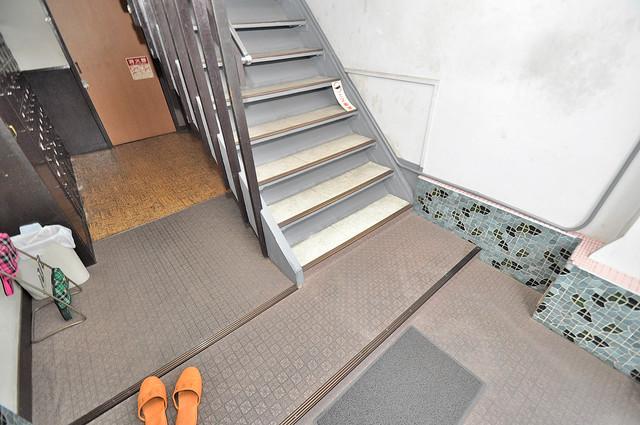 開運荘 この階段を登った先にあなたの新生活が待っていますよ。