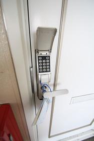 https://image.rentersnet.jp/adb8f97c-3bd1-4419-88d3-4a6897717a0a_property_picture_2988_large.jpg_cap_鍵はデジタルロックです