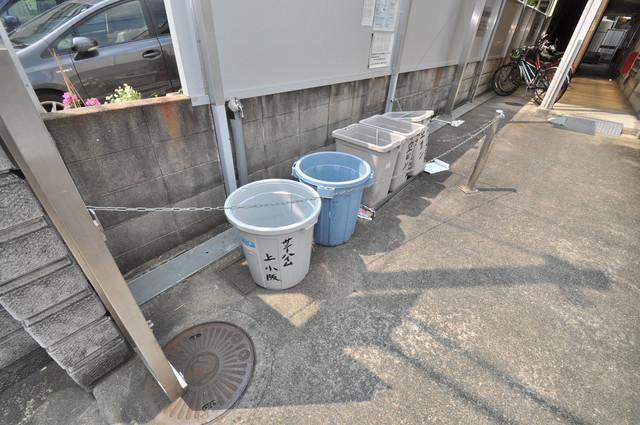 サニーハイム上小阪 敷地内に有り、時間を気にせず出せるごみ置き場。