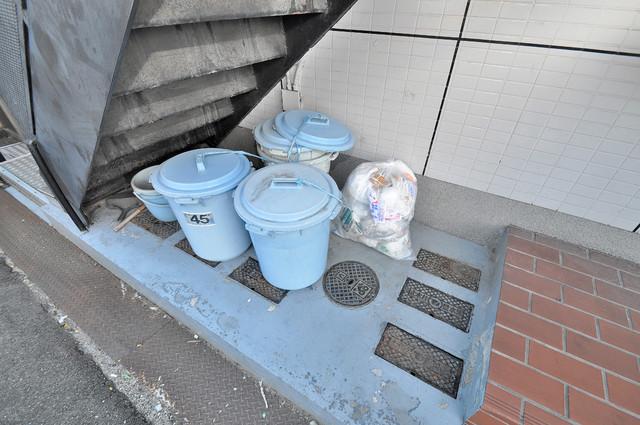 メロディーハイム小阪 敷地内に有り、時間を気にせず出せるごみ置き場。