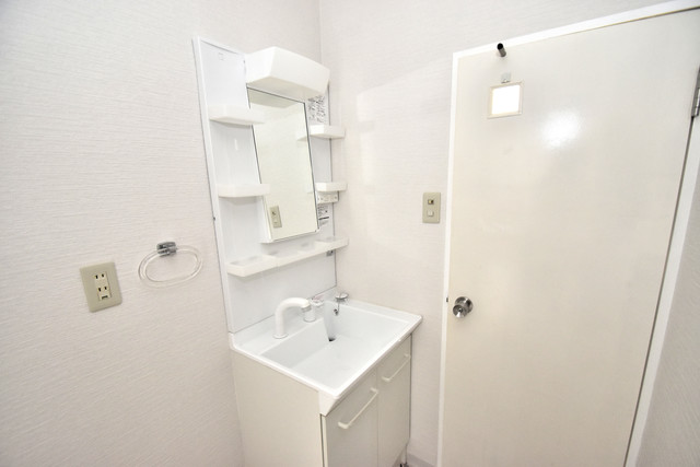 ヒューマニティプラザ 独立した洗面所には洗濯機置場もあり、脱衣場も広めです。