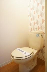 トイレの壁にもアクセントをつけてみました。