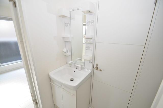 オズレジデンス長瀬 独立した洗面所には洗濯機置場もあり、脱衣場も広めです。