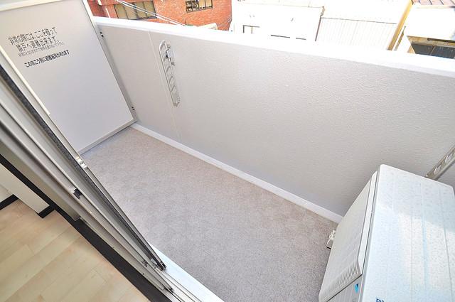プレシオ小阪 広めのバルコニーは風通しが良く、洗濯物もよく乾きそうです。