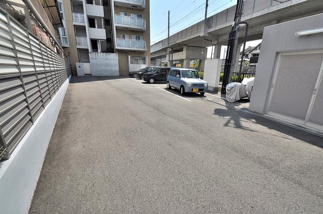 アミティタワー 敷地内にある駐車場。愛車が目の届く所に置けると安心ですよね。