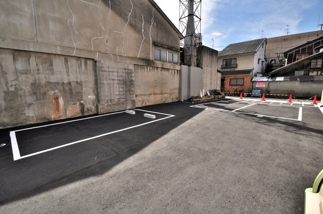 レクラン小路東 敷地内にある駐車場。愛車が目の届く所に置けると安心ですよね。