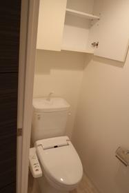 収納、手すりつきのトイレ。