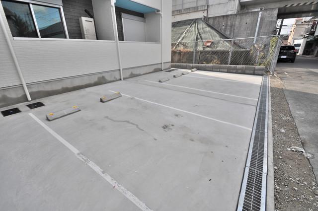 リュクスシティー永和 敷地内には駐車場があり安心ですね。