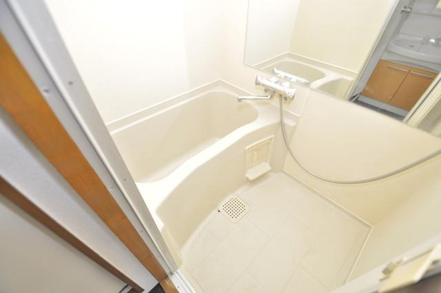日栄ビル3号館 広めのお風呂は一日の疲れを癒してくれます。