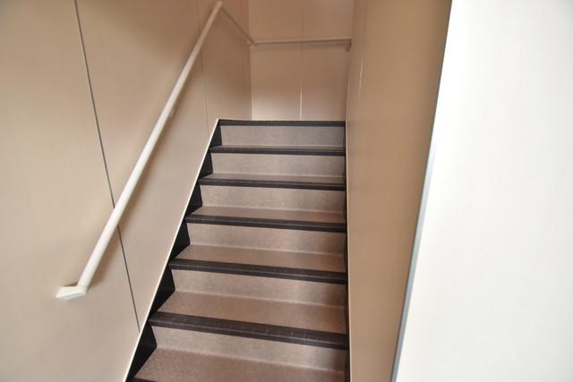 Charme Lacine(シャルム ラシーネ) 2階に伸びていく階段。この建物にはなくてはならないものです。