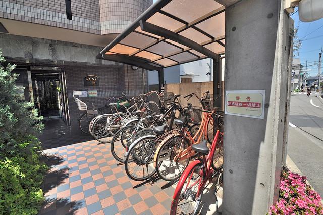 ウエンズ小路 屋根付きの駐輪場は大切な自転車を雨から守ってくれます。