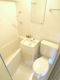 お風呂はユニットタイプ。掃除が嫌いな人はコレ!