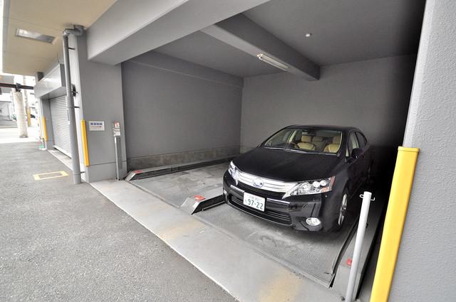ヴィラサンシャイン 敷地内にある駐車場。愛車が目の届く所に置けると安心ですよね。
