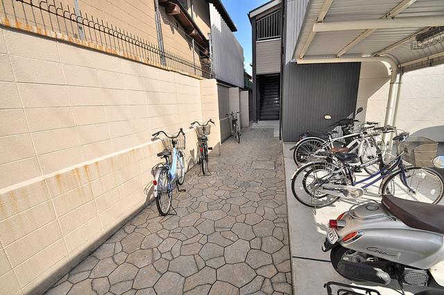 リバーサイド金岡 七番館 玄関まで伸びる廊下がきれいに片づけられています。