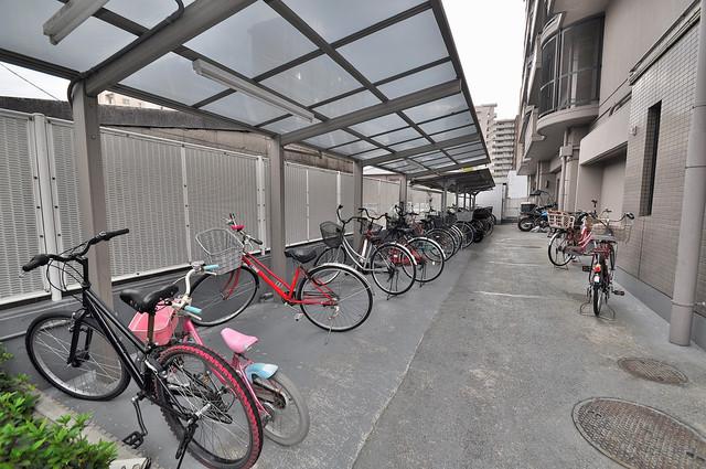アインス巽 敷地内にある専用の駐輪場。雨の日にはうれしい屋根つきです。