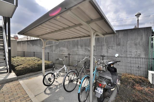 レオパレスフセアジロミナミ 敷地内にある専用の駐輪場。雨の日にはうれしい屋根つきです。