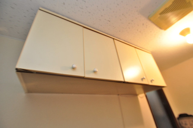 浅田ハイツ キッチン棚も付いていて食器収納も困りませんね。