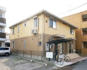 住宅街に立地するアパートです。