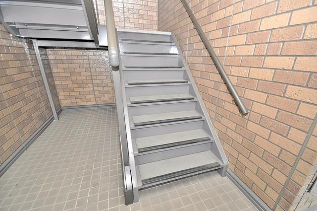カーサ・エクレール A棟 2階に伸びていく階段。この建物にはなくてはならないものです。